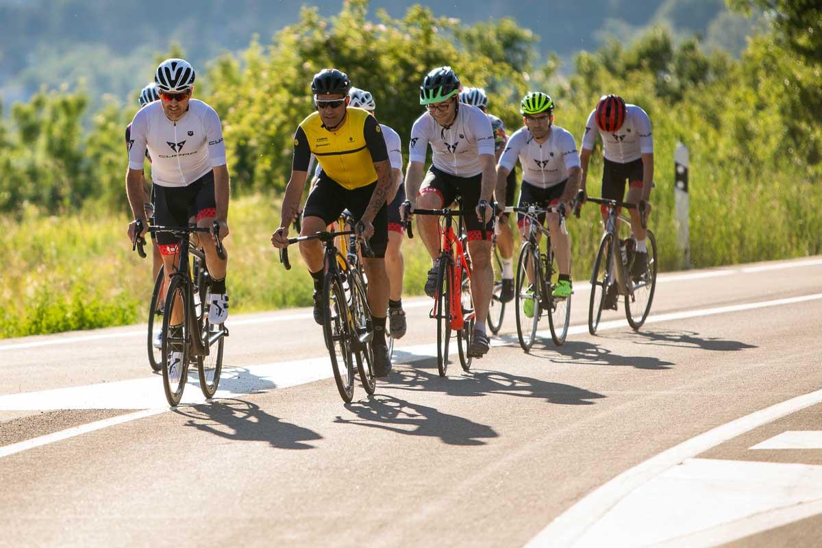 rodando con Oscar Pereiro en bicicleta de carretera