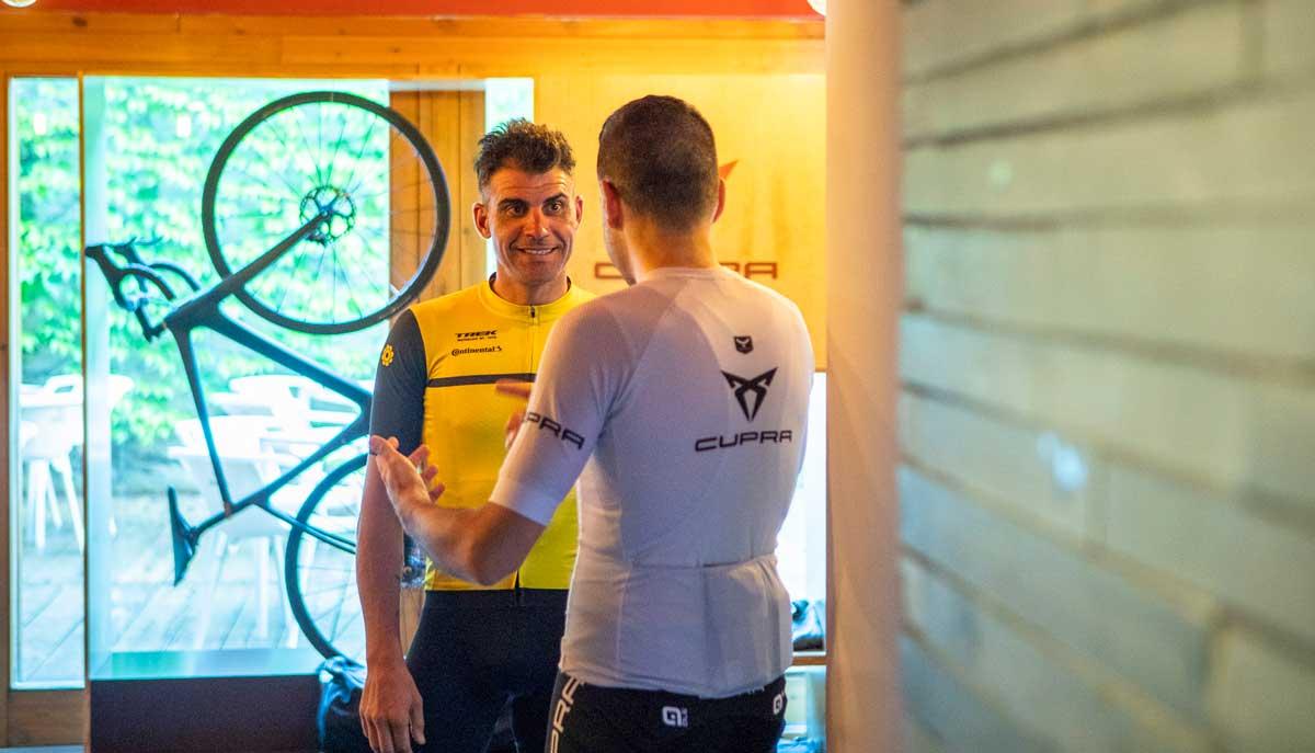 charlando con oscar pereiro sobre su bicicleta de carretera trek