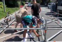 Peter sagan ayudando a unos operarios en el tour de francia