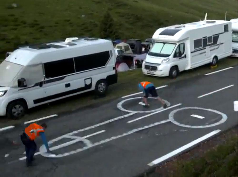 Vídeo-Tapar-penes-en-la-carretera-el-trabajo-más-indigno-del-Tour-de-Francia-ciclista-bicicleta