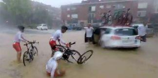 Vídeo-Varios-ciclistas-se-van-al-suelo-por-el-agua-acumulada-en-la-carretera-en-la-Volta-al-Penedés