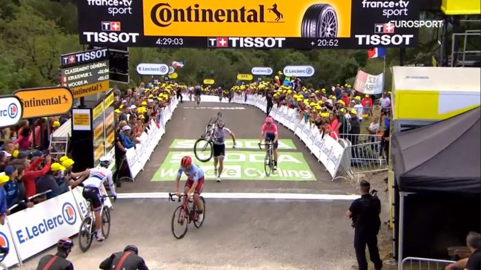 Greipel entra en meta con la bicicleta al hombro