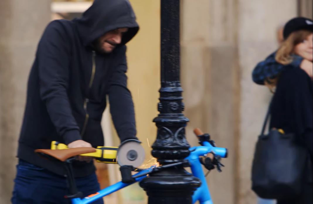 reaccion-de-la-gente-barcelona-al-ver-ladron-robar-bicicleta-en-la-calle-video