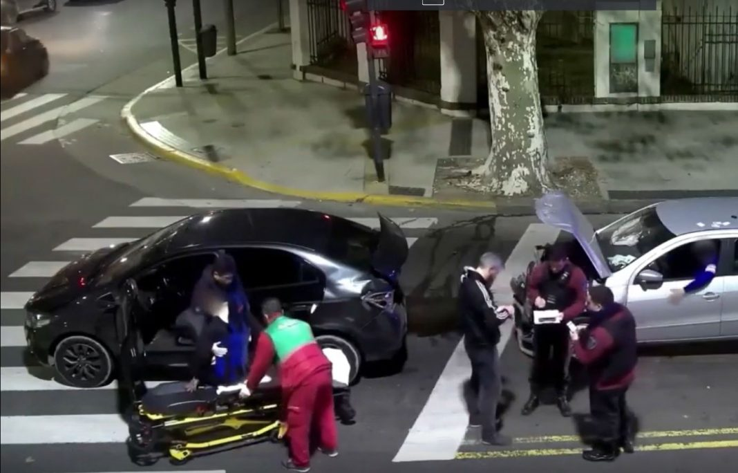 video-conductor-borracho-atropella-ciclista-y-se-da-a-la-fuga-despues-estrella-su-coche-en-un-semaforo-argentina