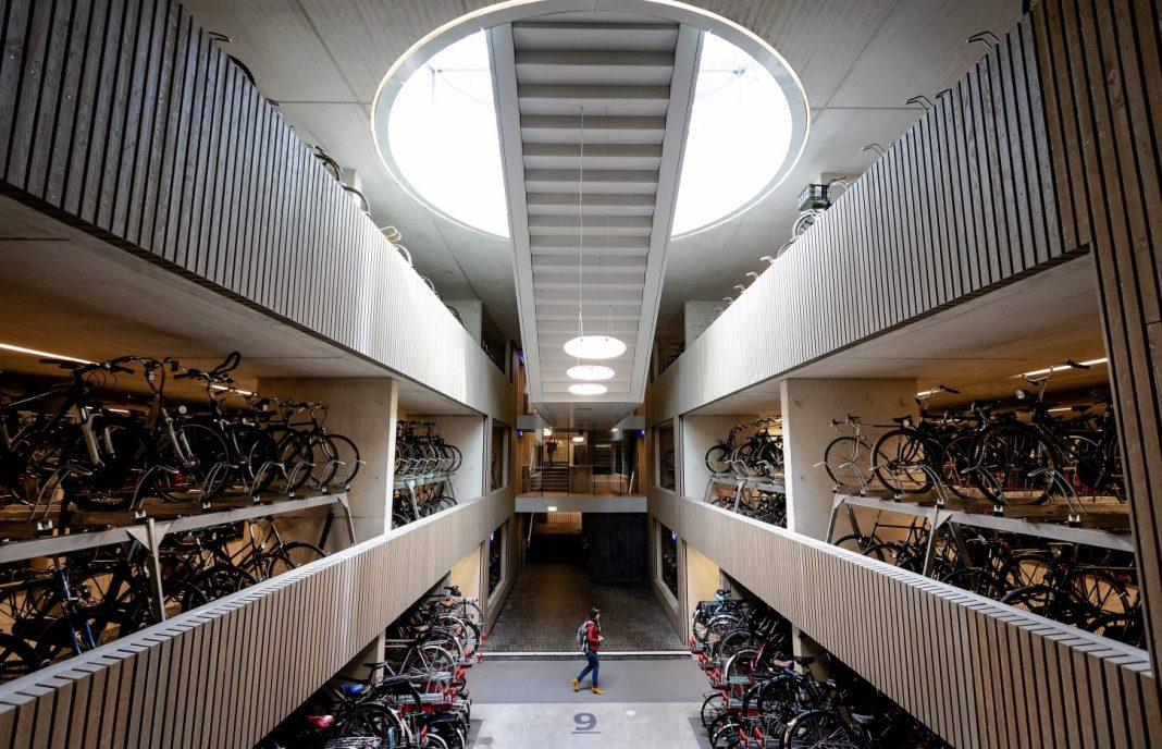Un parking cubierto para 13.000 bicicletas gratuito y vigilado