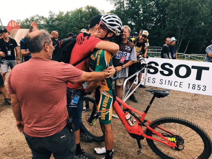 Vídeo-Nathalie-Schneitter-y-Alan-Hatherly-hacen-historia-de-las-bicicletas-eléctricas-E-MTB-en-Mont-Sainte-Anne