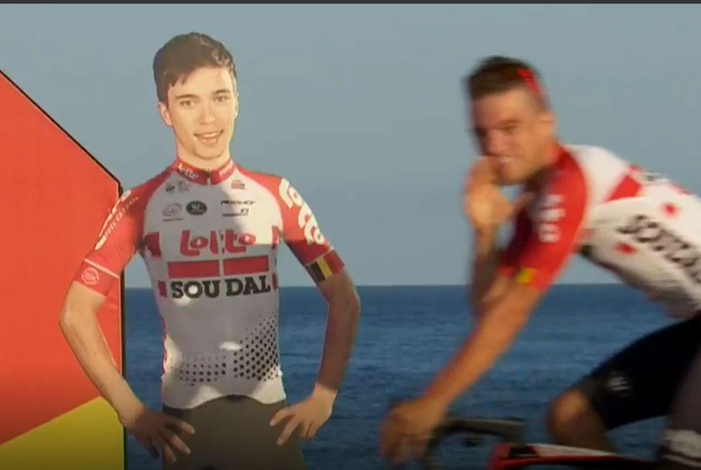 Vídeo-Polémica-por-el-cartón-que-simboliza-en-La-Vuelta-al-ciclista-fallecido-del-equipo-Lotto-Soudal-Bjorg-Lambrech