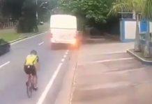 Vídeo: Un ciclista abolla un autobús con la cabeza al descuidarse montando en bicicleta