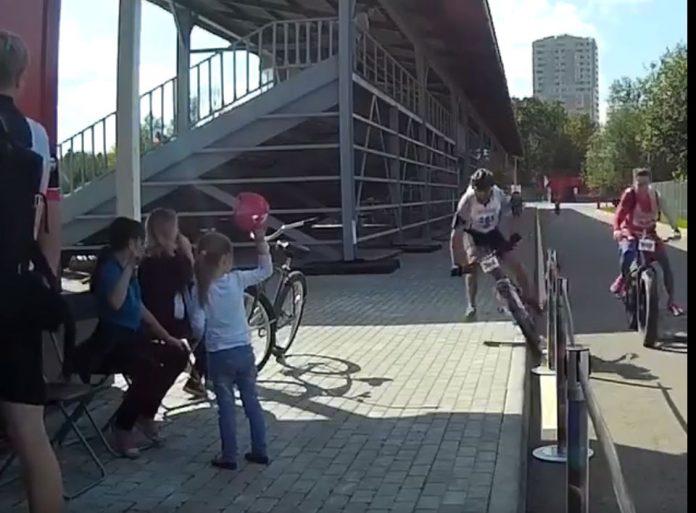Vídeo-Un-ciclista-arrolla-a-una-niña-al-caerse-de-la-bicicleta-pero