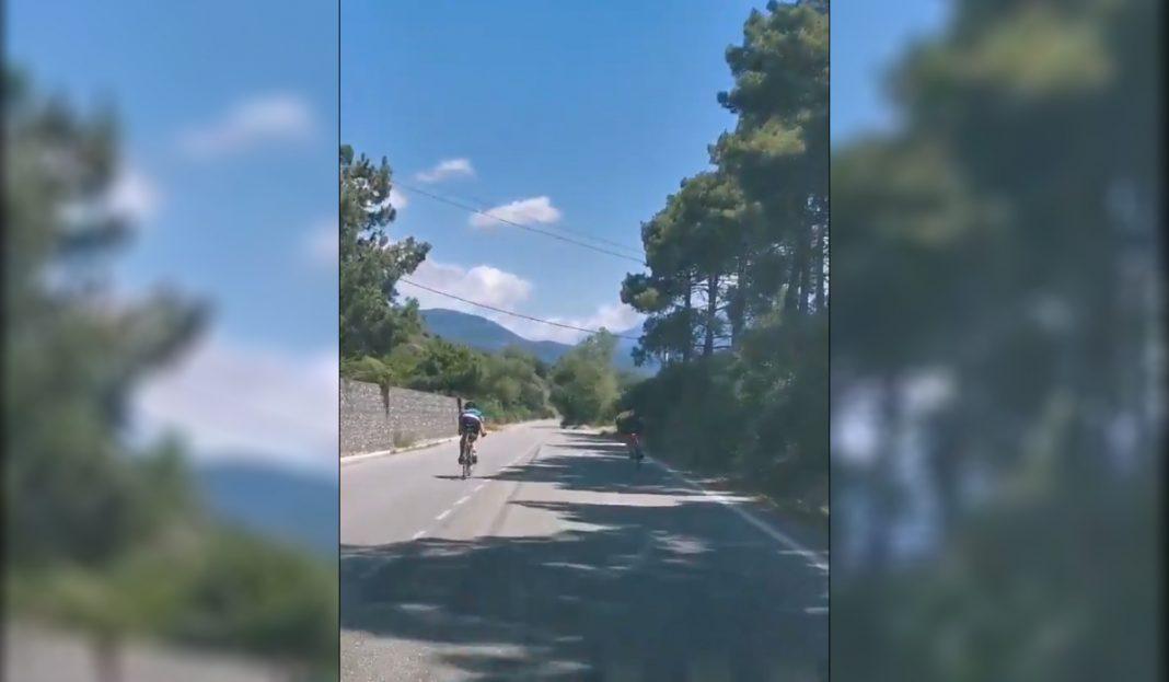 ciclistas circulando de forma temeraria