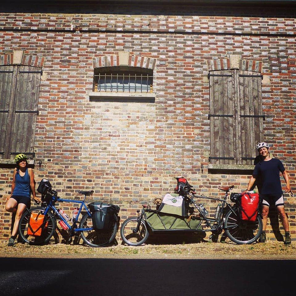 dos cicloturistas dibujan con su gps la bicicleta mas grande del mundo