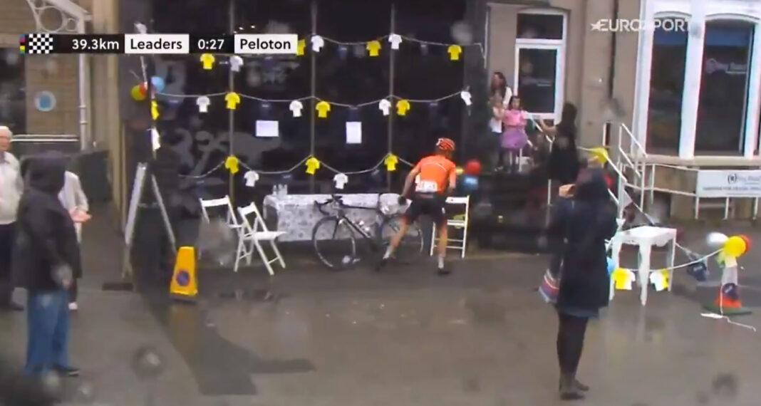 Casper van Uden se baja de la bicicleta para ir al baño