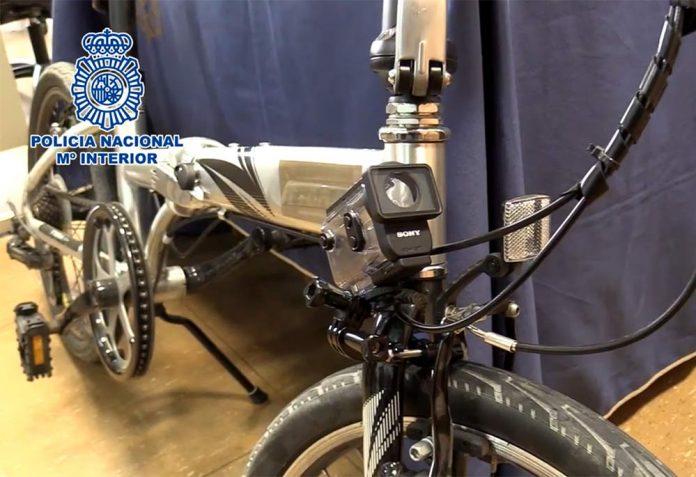 Vídeo-Detenido-por-grabar-con-su-bicicleta-vídeos-íntimos-en-el-Parque-del-retiro