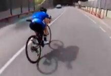 ciclista circulando de forma incorrecta por la carretera