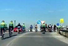 varios ciclistas circulando en dirección contraria