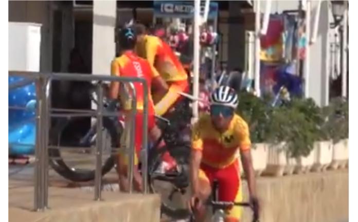 ivan cortina subiendo escaleras con la bicicleta de carretera