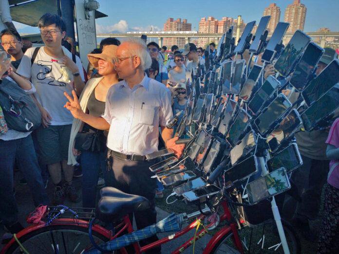 Una-bicicleta-con-más-de-40-Smartphone-para-cazar-Pokemon-sobre-el-manillar