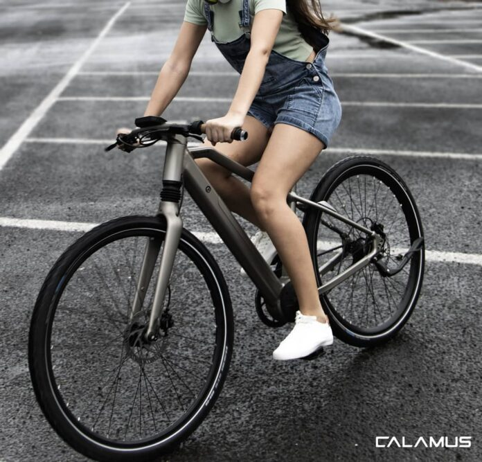 Una-bicicleta-que-avisa-cuando-vienen-coches-por-detrás-y-puntos-muertos-gracias-sin-cadena-calamus-one_ebike