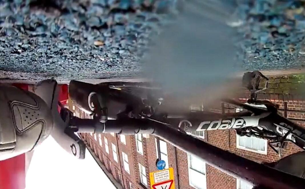 Vídeo: Brutal accidente en un carril bici que se encontraba en obras