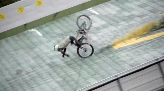 Vídeo-Espeluznante-caída-en-bicicleta-a-90-km-h-en-un-salto-de-esquí-por-el-record-Guinness-Johannes-Fischbach-mountain-bike