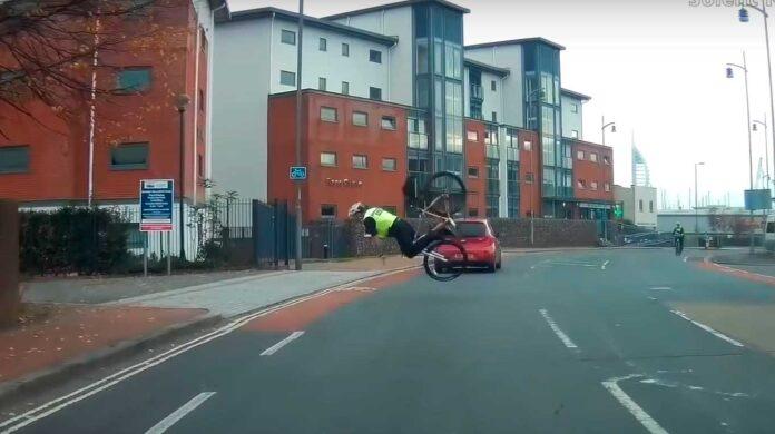 un policia se cae de una bicicleta en plena persecución