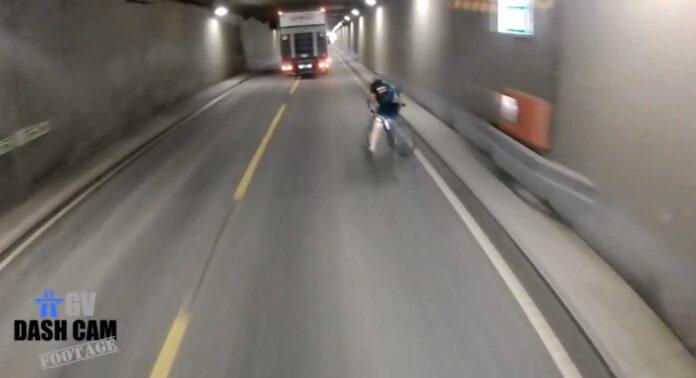 ciclista a punto de ser atropellado en un tunel