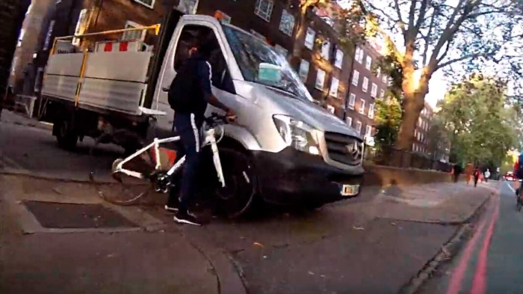un ciclista choca contra una furgoneta