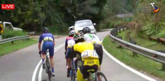 coche a punto de arrollar a ciclistas en el tour of peninsular
