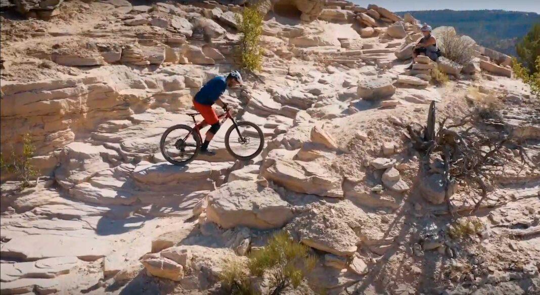 ascensión en bicicleta de montaña por una trialera