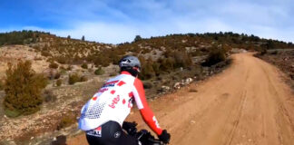 Thomas-De-Gendt-montando-Gravel-Bike-por-los-montes-de-Teruel-video-bicicleta-alforjas