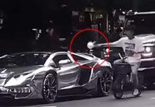 Un-ciclista-le-da-una-lección-a-un-cerdo-conduciendo-un-deportivo-tirando-basura-por-la-ventana-bicicleta