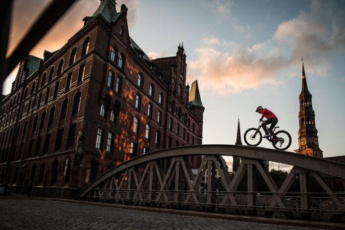 Un-dron-persiguiendo-a-Fabio-Wibmer-montando-en-bicicleta-video-alemania-drone