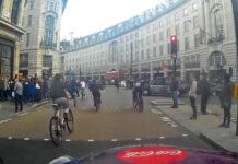 Vídeo: 40 ciclistas se saltan un semáforo en 30 segundos