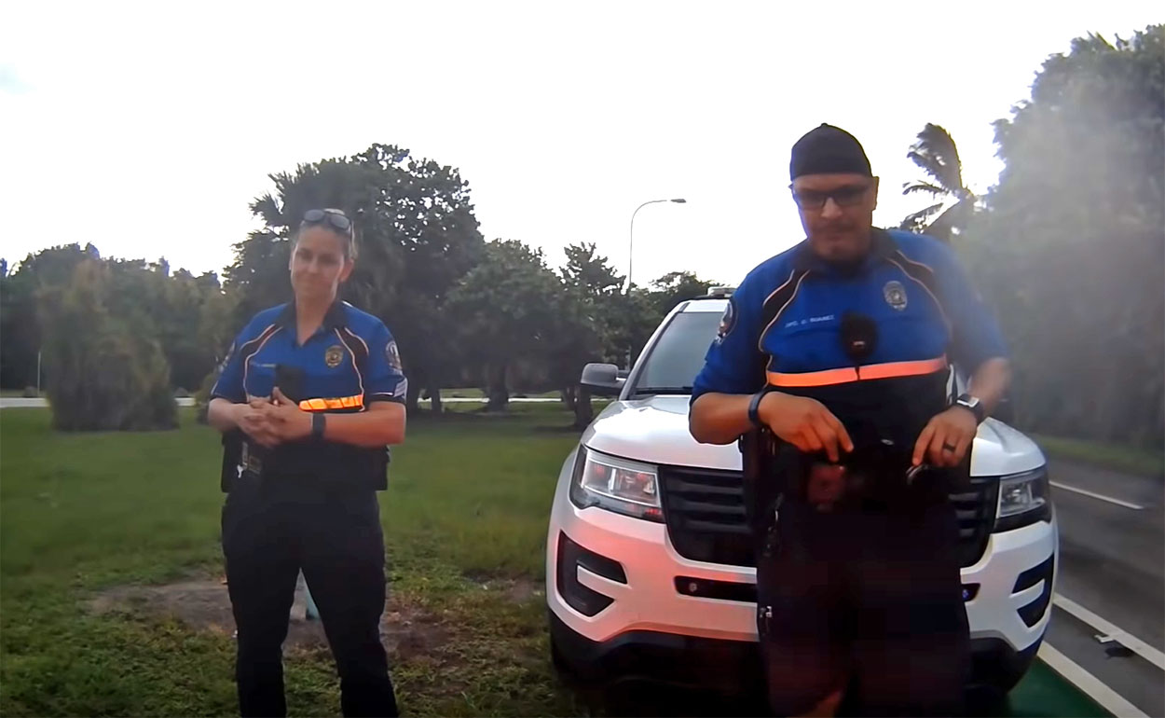 Vídeo-La-policía-para-a-un-ciclista-por-llevar-demasiadas-luces-en-la-bici