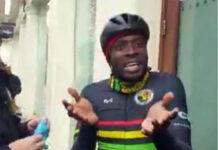 Vídeo-Retienen-y-registran-al-fundador-del-club-ciclista-BCN-por-oler-a-marihuana-en-un-semáforo-en-bicicleta-de-carretera
