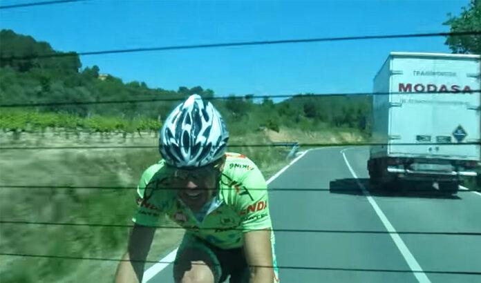 Vídeo-Temeridad-ciclistas-a-120-km-hora-a-rebufo-detrás-de-un-camión