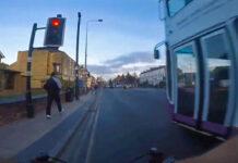 Vídeo-Un-ciclista-para-en-un-semáforo-y-un-autobús-se-lo-salta-rozándole-a-gran-velocidad