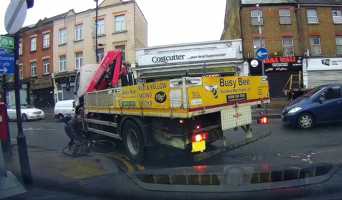 camión empuja a un ciclista