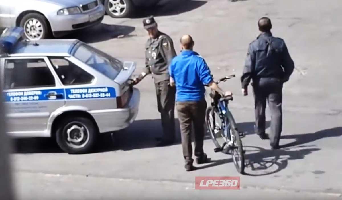 ciclista huyendo de la policia