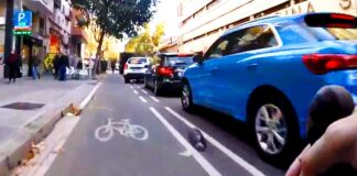 en bicicleta por el carril bici de barcelona