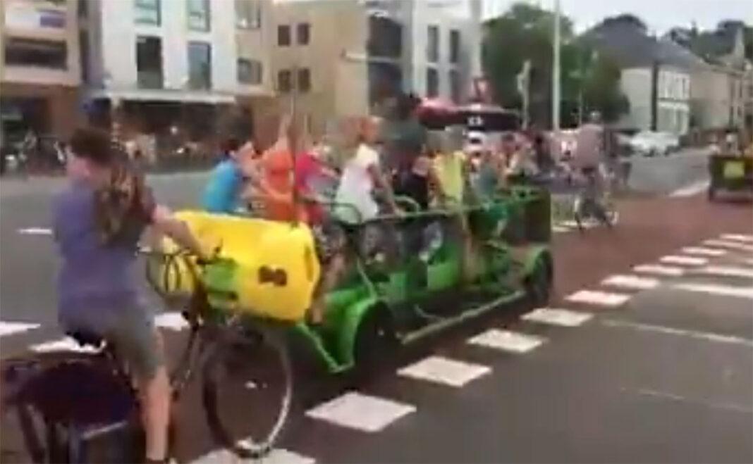 Algunos niños prefieren ir en autobús en vez de en bicicleta al colegio