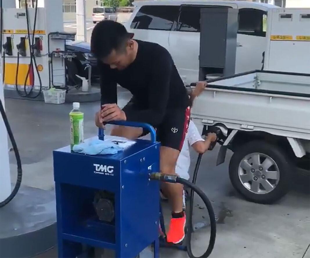 Vídeo: Un ciclista ayuda a los conductores a repostar tras un apagón eléctrico