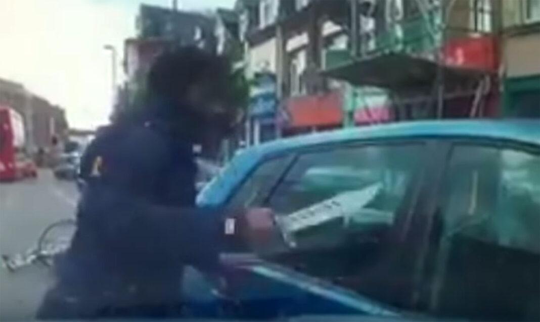 Vídeo: Un ciclista trata de acuchillar a un conductor con un machete tras una discusión
