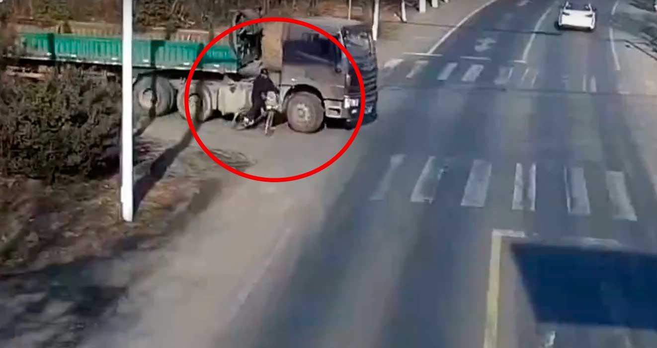 ciclista es atropellado por un camión