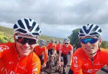 Chris Froome se hace un selfie montando en bicicleta para demostrar que está entrenando con sus compañeros