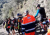 Ciclista-rescatado-por-los-Bomberos-y-compañeros-en-camilla-más-de-un-kilómetro