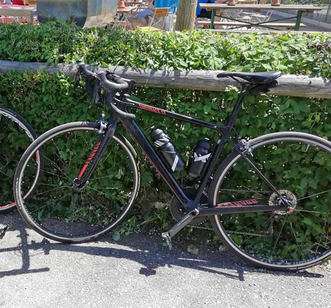 Le roban la bici de competición valorada en 15.000 € y dos bicicletas más