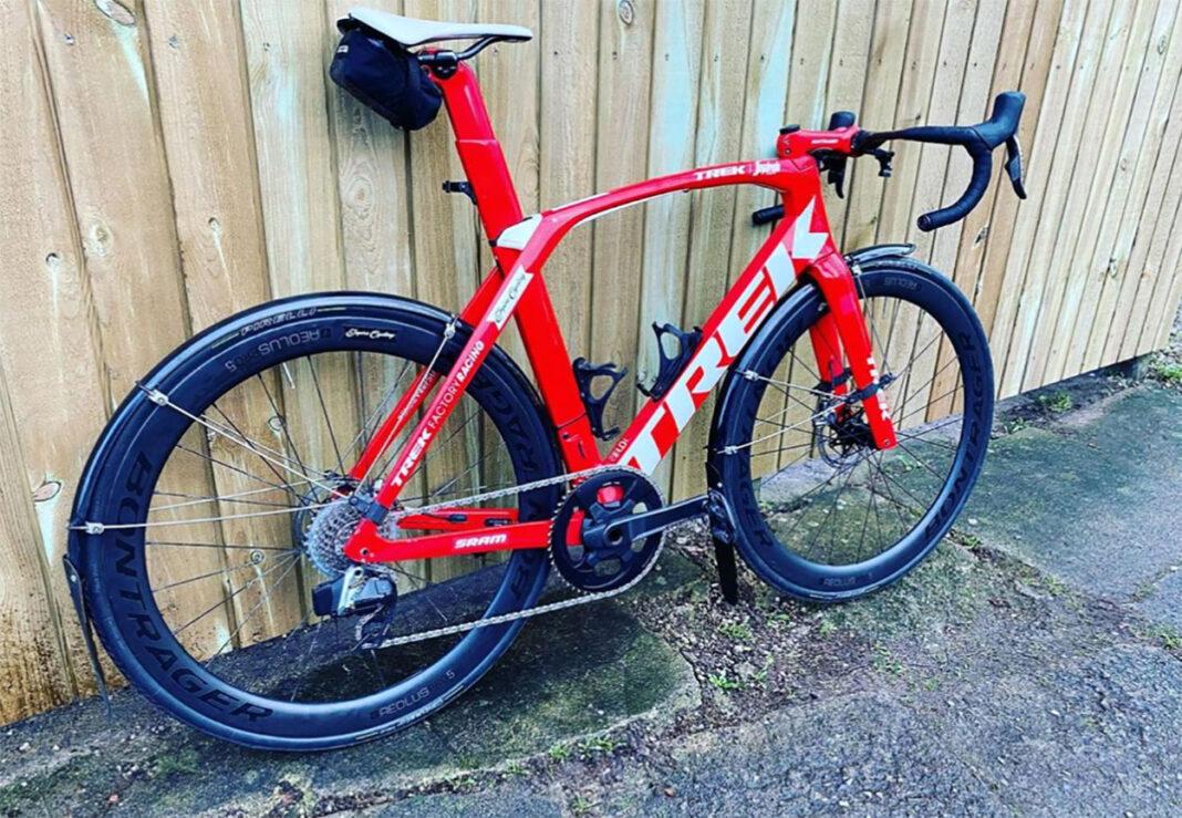 Una-bicicleta-Aero-con-guardabarros-Mads-Pedersen-y-el-sacrilegio