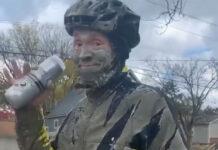 Vídeo: Queda atrapado con su bicicleta en el cemento fresco de un carril bici