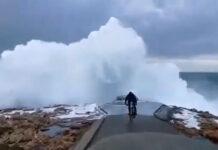 Vídeo: Un ciclista arrastrado por una ola contra las rocas en A Curuña